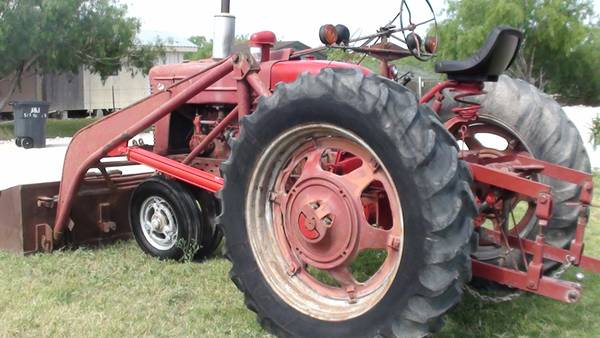 TRACTOR FARMALL M - $2600 (EDINBURG)