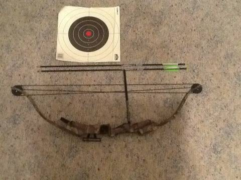 Buckmasters Youth Compound Bow 30lb with 2 arrowstargets - $100 (Monroe, LA)