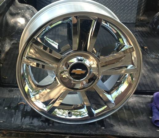Chevy Texas Edition 20 inch chrome wheels - $1000 (Center)