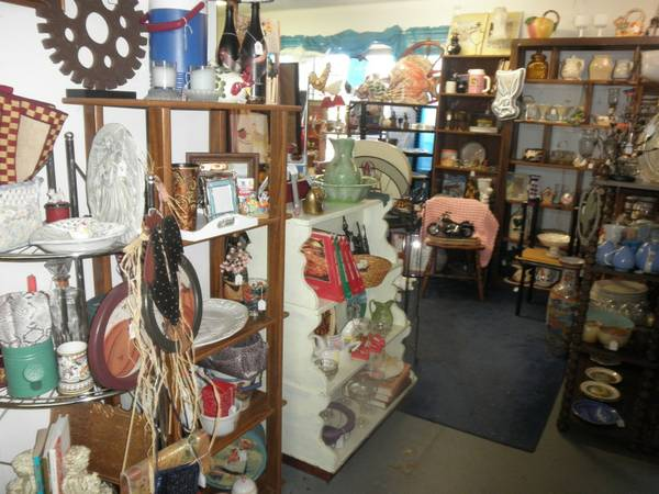 GREAT VARIETY OF ITEMS COME BROWSE LOTS OF TREASURES  Chapel Hill  Texas