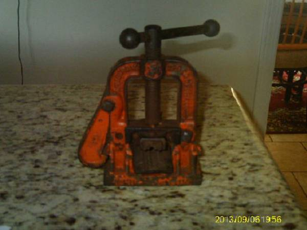 (Very  Old)  ARMSTRONG  131  PIPE  VISE (Kenner)