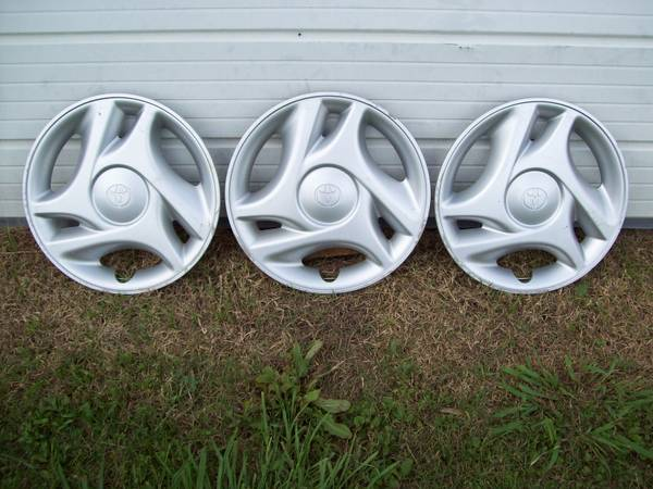 (3) gt 2007 TOYOTA TUNDRA gt 16 SILVER HUBCAPS - $75 (KENNER)