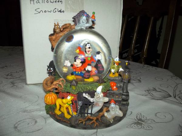 halloween snow globe - $75 (kenner)