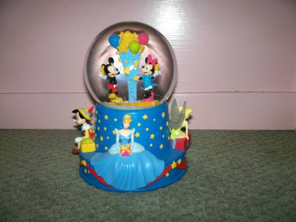 disney princess snow globe - $50 (kenner)