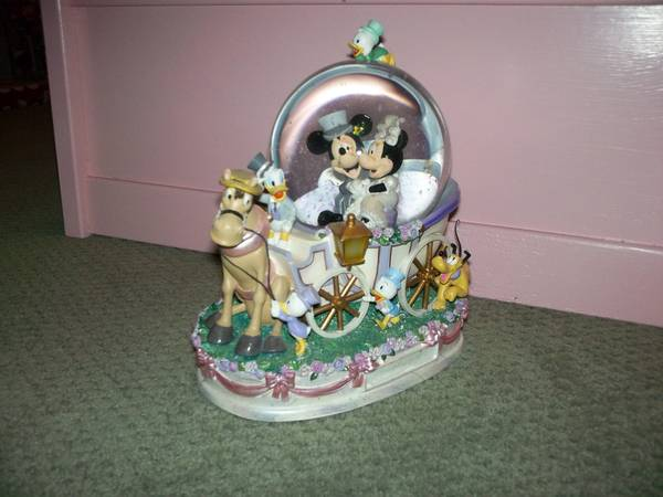 wedding snow globe - $75 (kenner)