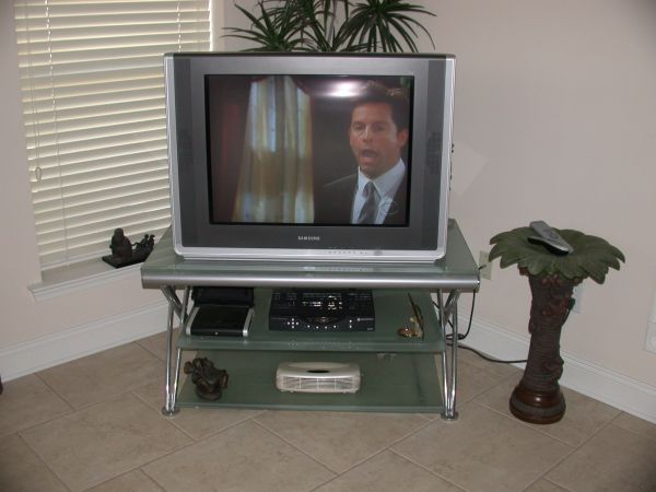 Samsung 32 Color TV wstand Rock Bottom - $260 (Metairie)