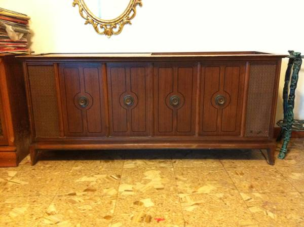 VINTAGE RECORD PLAYER AMFM CONSOLE - $250 (KENNER)