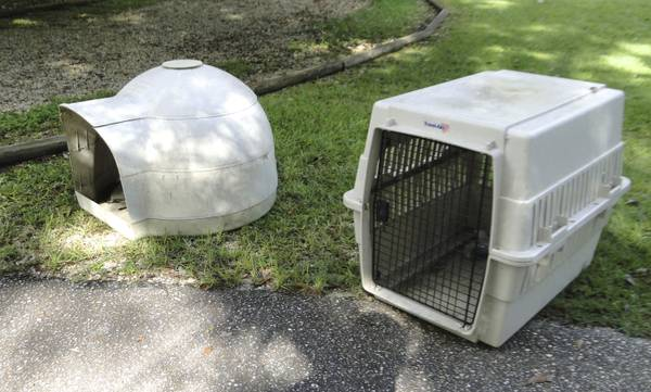Dog Carrier Large and Dog Igloo - $75 (Northshore)