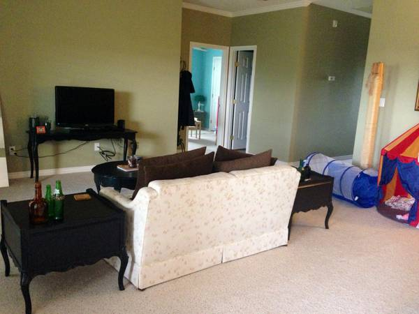 -  475   300ft sup2  - Room   shared bath available  for female  ASAP  san angelo