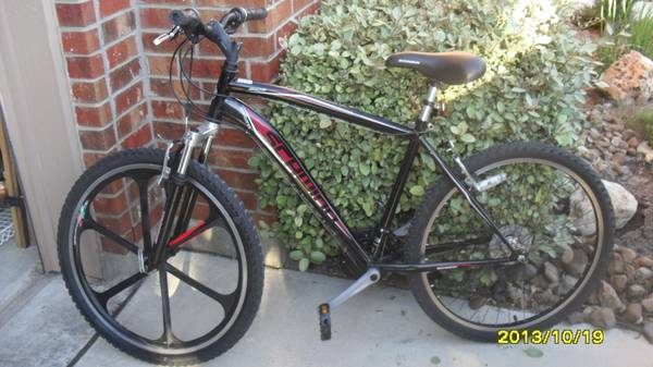 26 Schwinn Sidewinder Mens Mountain Bike - $85 (north central SA)