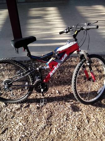almost new 26 in Magna Excitor Mountain bike.w helmet included - x0024100 (13330 blanco rd)