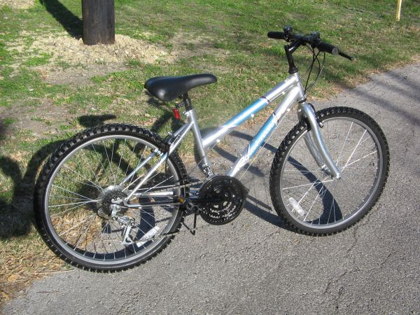 PRETTY WOMENS 24 MOUNTAIN BIKE - $40 (San Antonio)