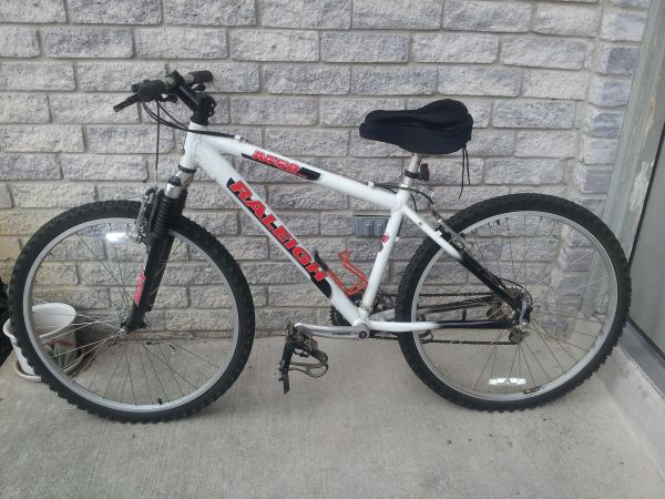 RALEIGH M50 SMALL MOUNTAIN BIKE LOOKS NEW EXCELLENT CONDITION - $185 (HARDLY USED COME RIDE)