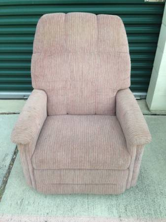 LAZY BOY RECLINER NICE SLIM LINE NOT BIG BULKY - $75 (BANDERA RD 1604)