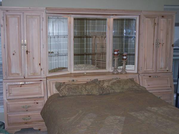 Beautiful Queen Bedroom Set, Real Pine Wood w Antique Finish - $780 (Seaworld)