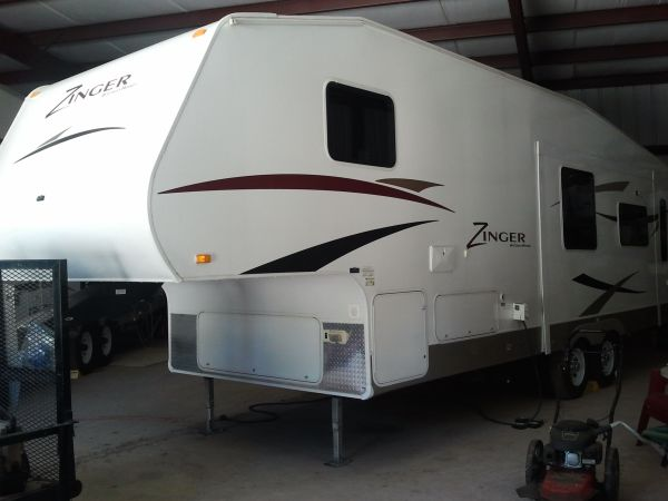 Zinger Fifth Wheel 27RL (Kerrville Area)