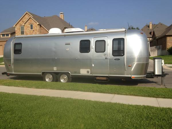 Airstream 2004 28 with slide out - $39000 (New Braunfels, TX)