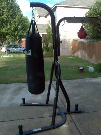 Punching Bag with stand and speen bag - Everlast - $190 (Helotes)