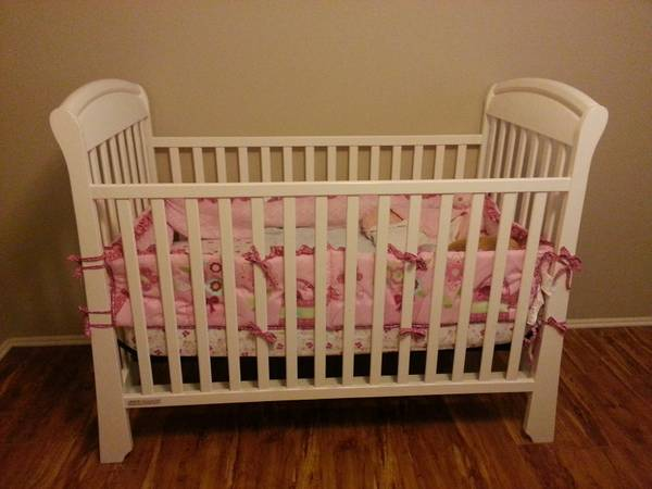 White Baby Crib and Changing Table - $150 (Bandera near 1604)