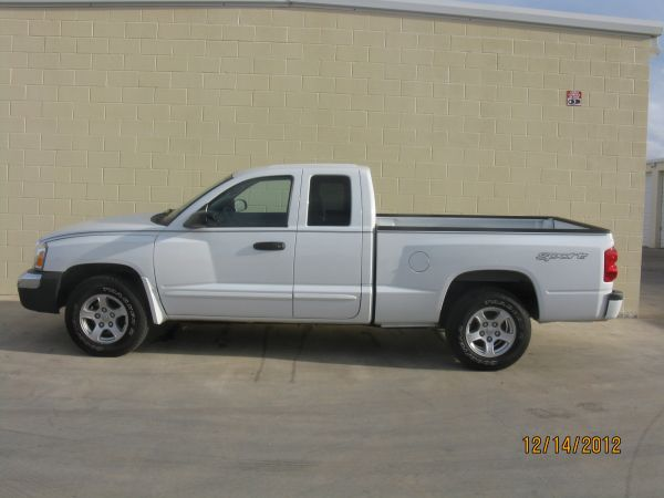 2006 DODGE DAKOTA CLUB CAB SLT SPORT 4-DOOR VERY CLEANLOW MILEAGE - $9500 (SAN ANGELO, TX.)