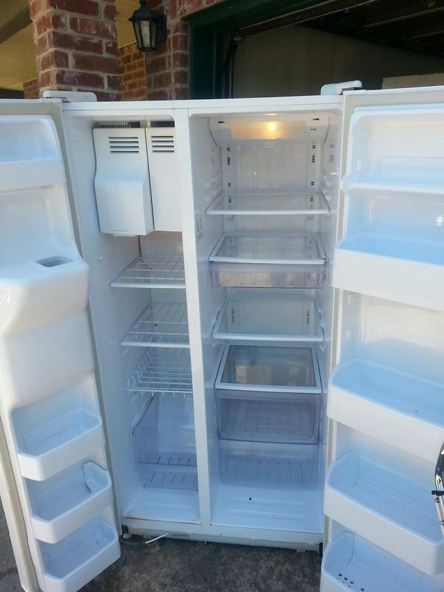 175  Priced to sell fast Very nice SAMSUNG Refrigerator