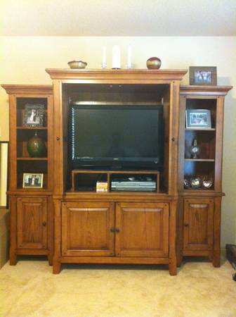 Oak ENTERTAINMENT CENTER TV stand Armoire - $350 (Seguin)