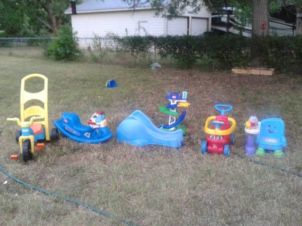BUNCH OF OUTSIDE TOYS SLIDE RIDE ON - $60 (Seguin)