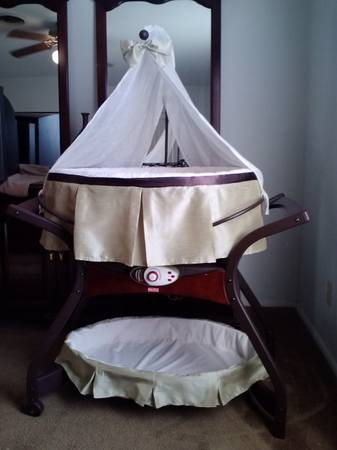 Fisher Price Zen Bassinet - $115 (Seguin)