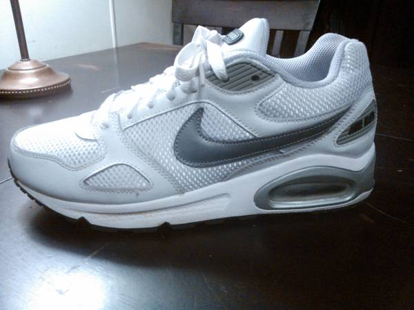 NIKE Womens AIR MAX Size 8.5 (EUC-look brand new) - $45 (San Marcos)