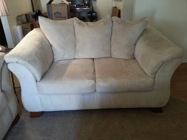 ashley furniture ivory loveseat moving out of state. MUST SELL - $200 (Shreveport)