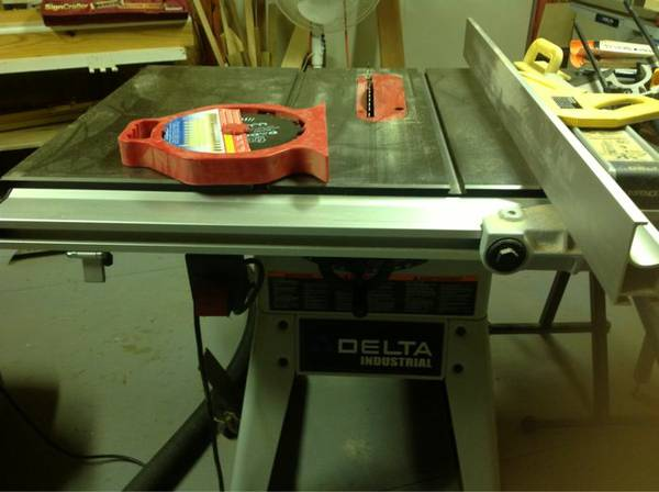 Delta table saw  unifence - $300 (Broadmoor)
