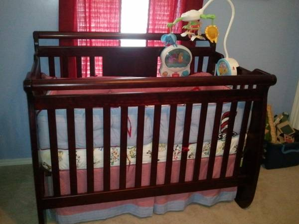 Pottery barn kids cat in the hat crib bedding - $60 (Minden)