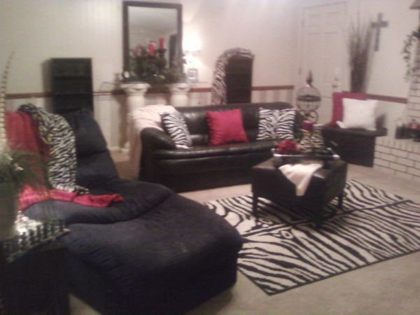 BLACK LEATHER SOFA, CHAISE LOUNGE, ZEBRA RUG,PILLOWS ALOT OF ACCENTS - $450 (TEXARKANA)