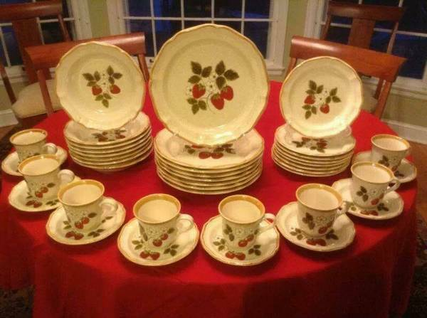 Mikasa Strawberry Festival China - $100 (Wichita Falls,TX)