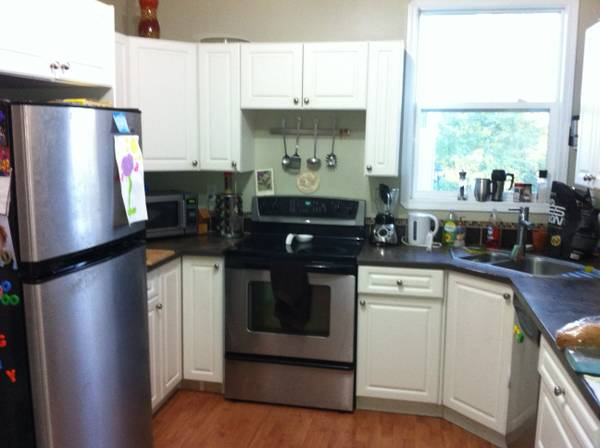 - $520 Room for rent Oct 1st $500 or $600 wdog (Saanich Uptown)