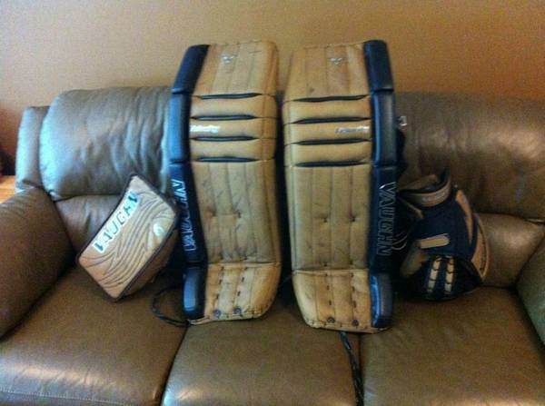 Vaughn V5 Goalie pads 7800 35 1 with 7600 blocker and 7680 catch - $1200 (Sooke)