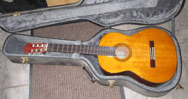 YAMAHA CLASSICAL GUITAR WCASE - $400 (central saanich)