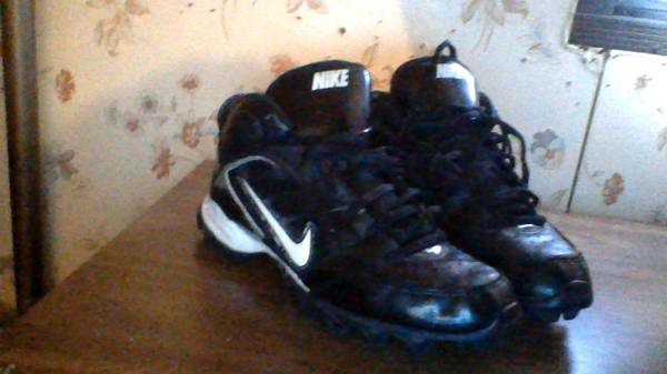 Size Nike 6.5 football cleats - $10 (Axtell)