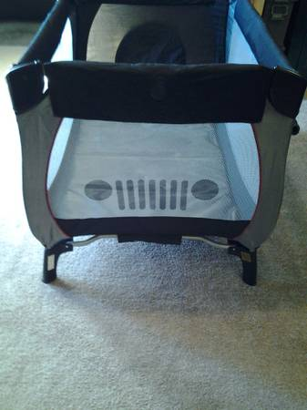 Jeep Pack n Play with removable changing table bassinet - x002460 (Hillsboro)