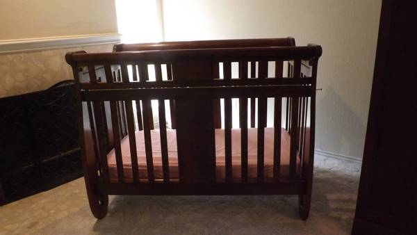Oak Baby Bed  Toddler Bed - $250 (Hewitt, TX)