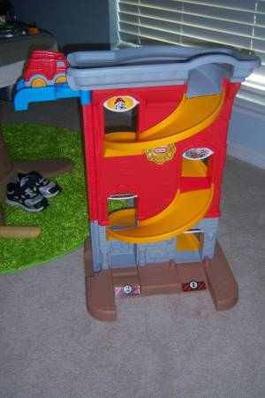 little tikes fire station r toy - $10 (Woodway)