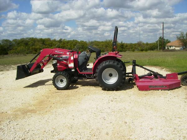 Mahindra 28hp 4wd tractor Shuttle Shift wbox blade and 5ft. shredder - $13500 (Eddy, Tx)